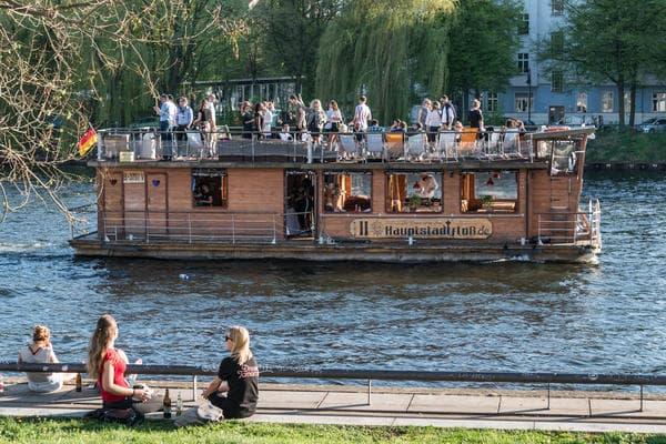 Beim Junggesellenabschied Berlin mit dem Partyfloss (Hauptstadtfloss) über die Spree cruisen
