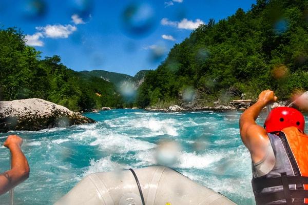 Schlauchboot fahren und Wildwasser Rafting als JGA Idee für Männer