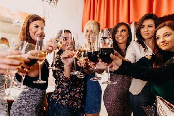 Spieleabend mit Trinkspielen beim JGA für Frauen